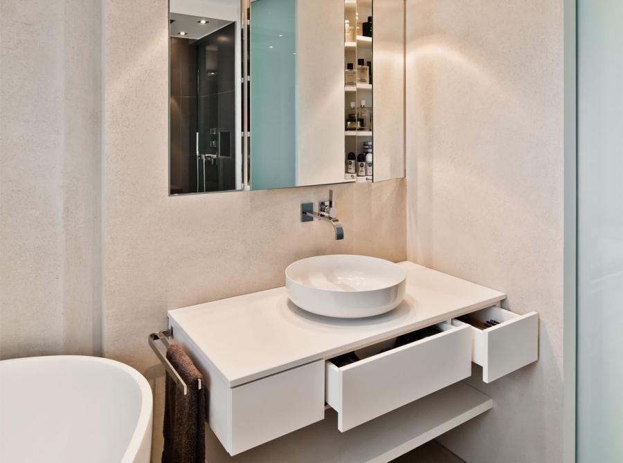 Kleines Badezimmer mit freistehender Badewanne | Raumfabrik