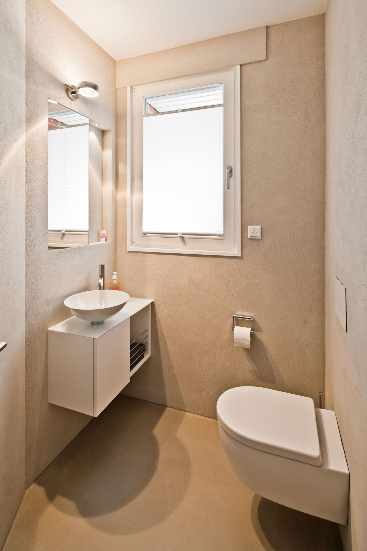 kleines badezimmer mit freistehender badewanne raumfabrik. Black Bedroom Furniture Sets. Home Design Ideas