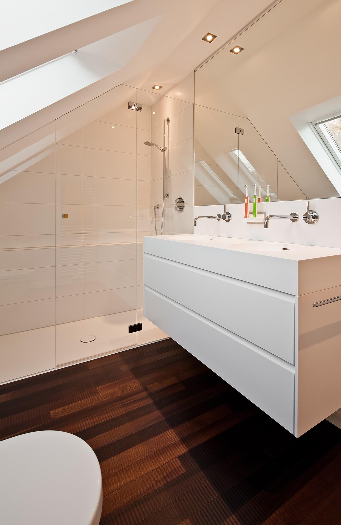 Badezimmer mit Schräge renovieren - Raumfabrik