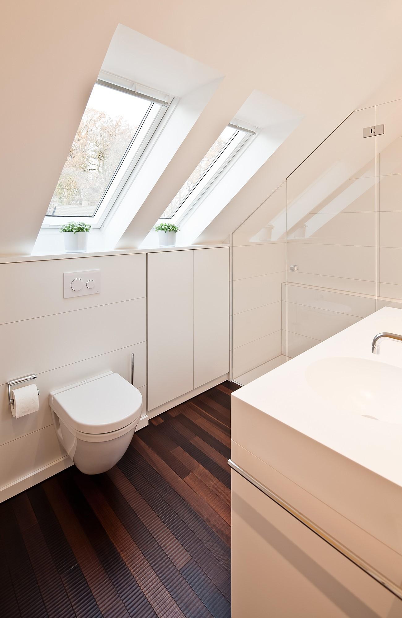 badezimmer mit schr ge renovieren raumfabrik. Black Bedroom Furniture Sets. Home Design Ideas
