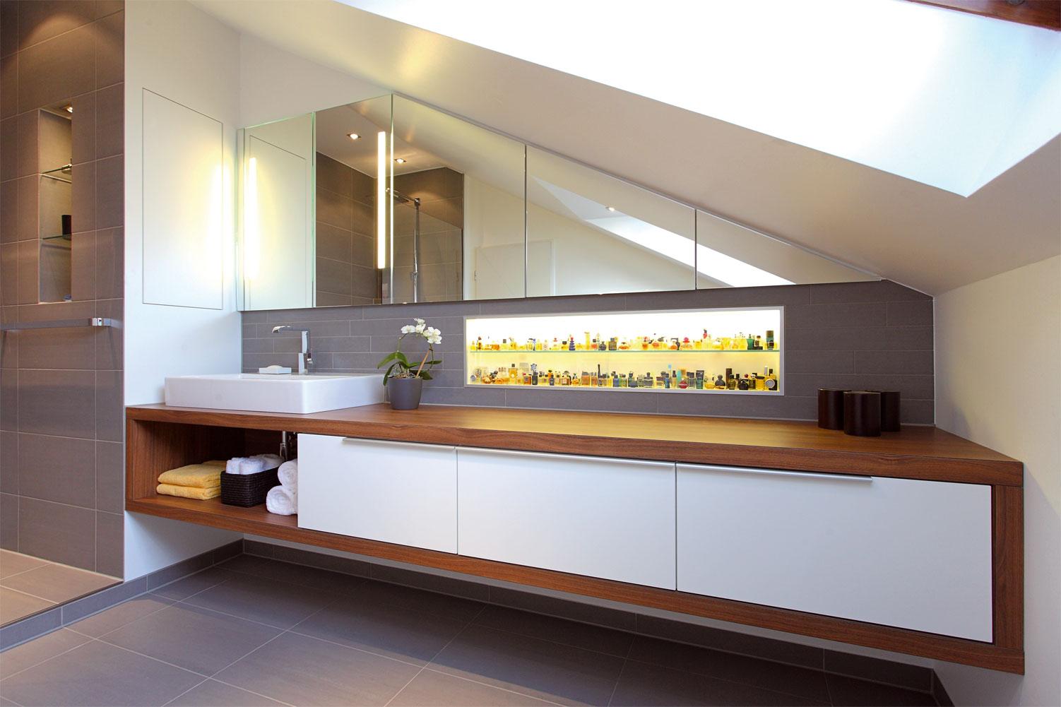 Elegantes Badezimmer Mit Dachschräge