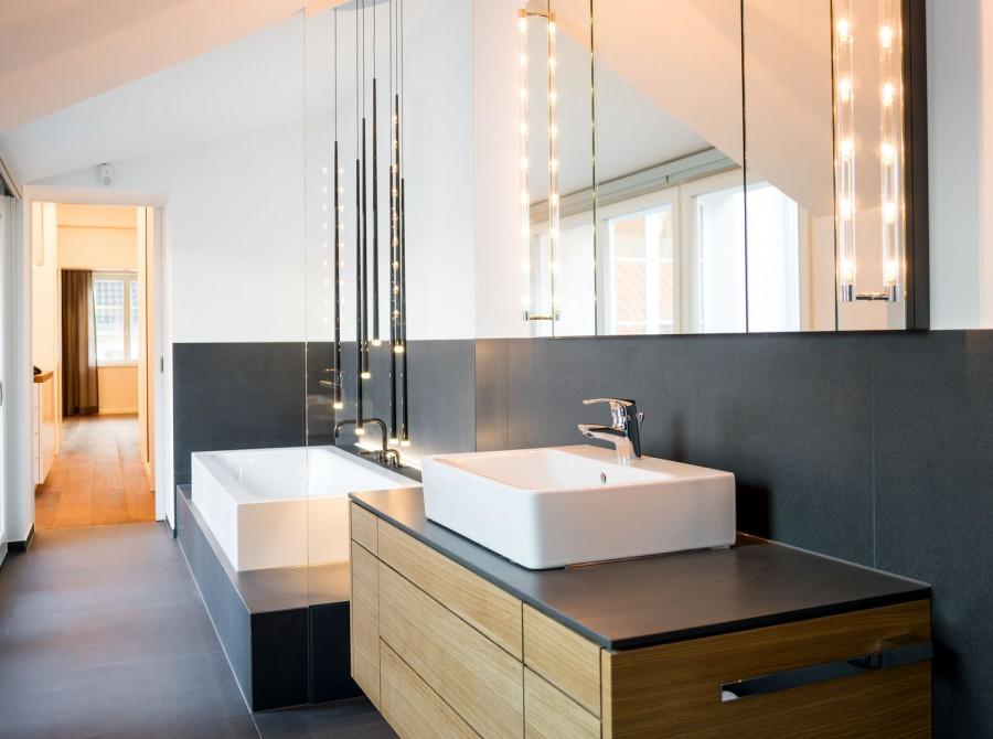 Edles Badezimmer mit indirekter Beleuchtung in Düsseldorf