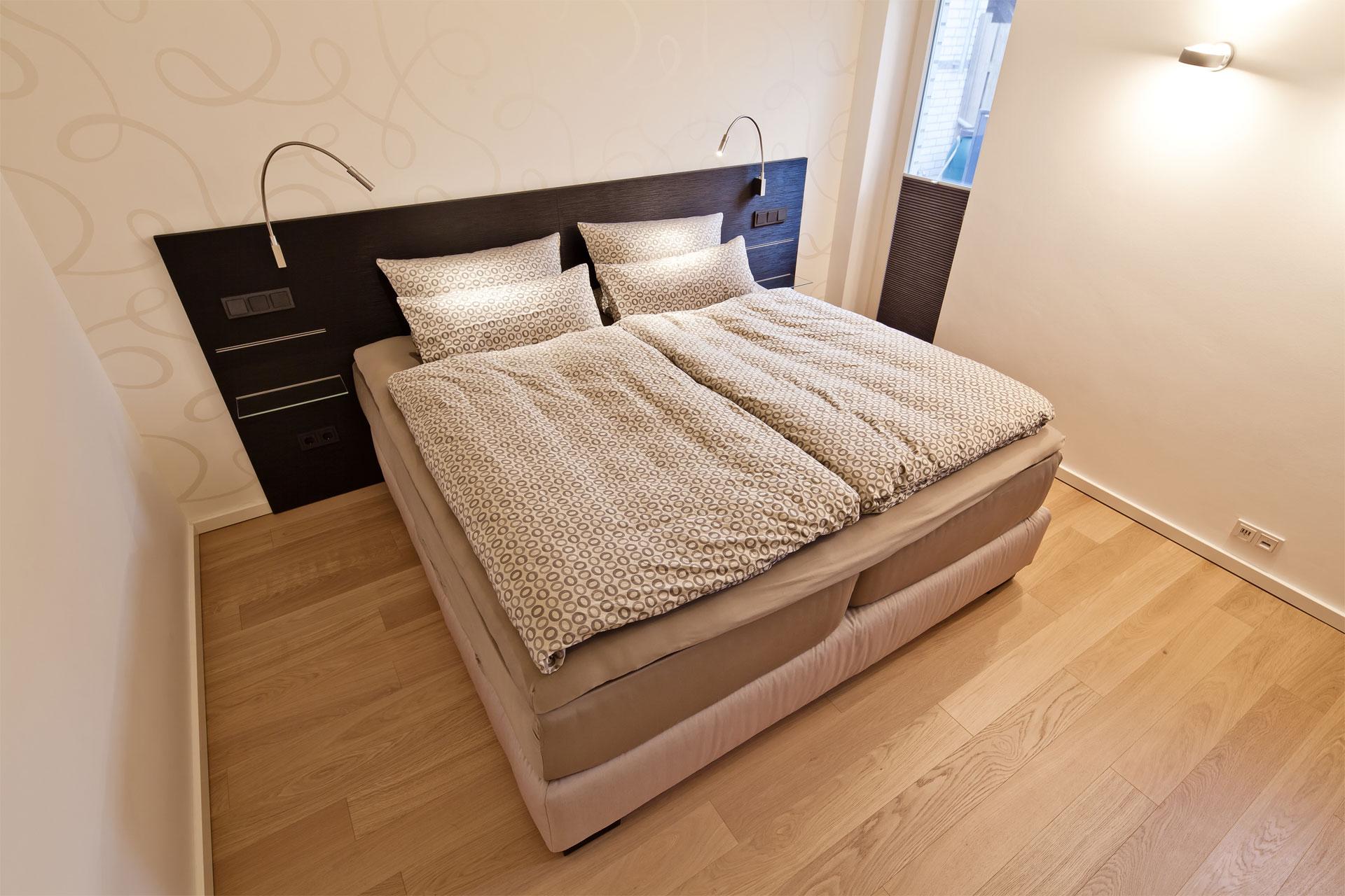 umgestaltung des kleinteiligen schlaf und. Black Bedroom Furniture Sets. Home Design Ideas