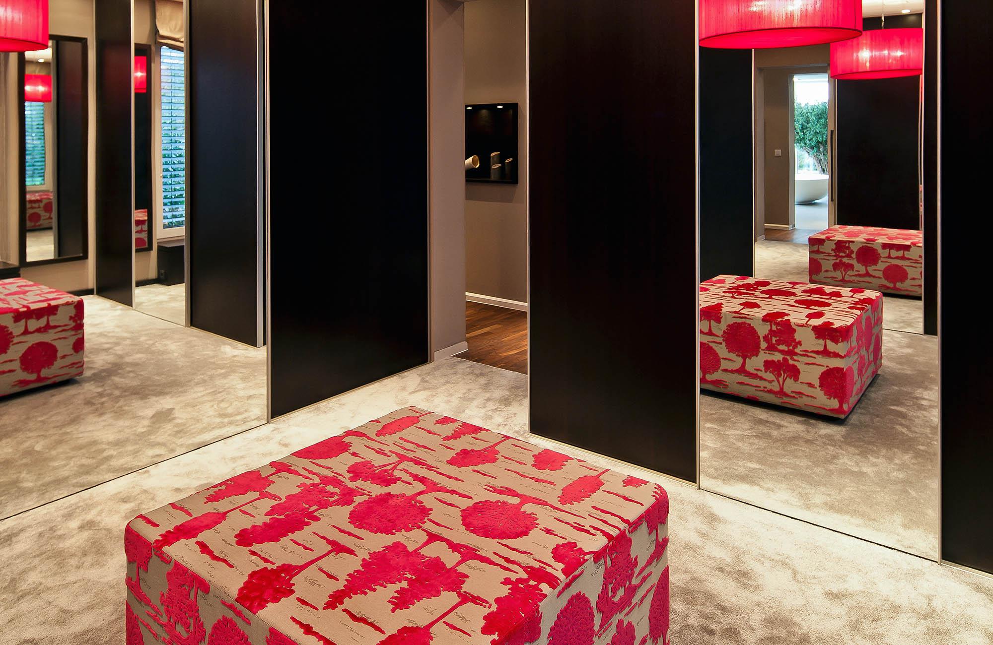 Extravaganter Schlafbereich Mit Begehbarem Ankleidezimmer
