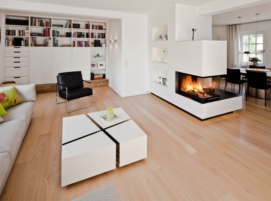 Offenes modernes Wohnzimmer mit Kamin